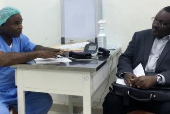 Alex Kanu (à esq.), diretor e cirurgião em hospital de Freetown, com Joel Yarney, especialista em tratamento do cancro e membro da equipe imPACT da Aiea. Foto: Aiea/M. Andre