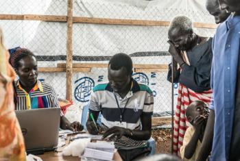 Deslocados internos sul-sudaneses passam por registo biométrico. Foto: OIM/Ashley Mclaughlin