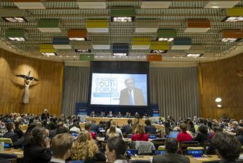 Participantes do Fórum da Juventude assistem a uma mensagem em vídeo do secretário-geral da ONU, António Guterres. Foto: ONU/Rick Bajornas