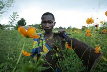 Criança carregando rifle na República Centro-Africana. Foto: Unicef/ Pierre Holtz