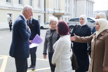 Enviado especial para a Síria, Staffan de Mistura, dá boas-vindas à delegação de mulheres sírias na durante as conversações de paz em Genebra. Foto: ONU/Violaine Martin