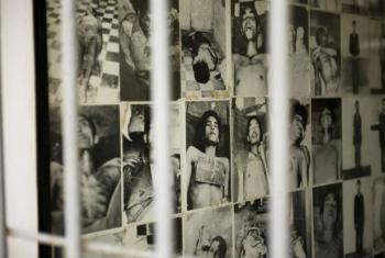 Mural de fotos em museu no Cambódia. Foto: ONU