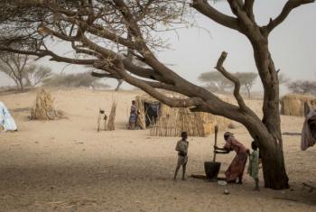 Mulher prepara comida em campo para deslocados internos em Mellia, a 20 quilômetros de Bol, capital da região dos Lagos do Chad. Foto: Ocha/Ivo Brandau