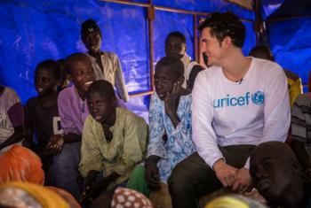 O ator e embaixador da Boa Vontade do Unicef, Orlando Bloom (à dir.), com adolescentes deslocados no campo de Garin Wazam, a 54 quilômetros de Diffa, no Níger. Foto: Unicef/UN053589/Tremeau