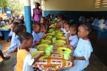 Refeição escolar no refeitório da Escola Básica de Batepa no Distrito de Mé-Zóchi . Foto: Celestino Cardoso/ PMA em São Tomé e Príncipe