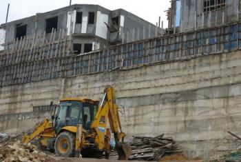 Trabalhadores na construção de assentamento na Cisjordânia. Foto: Annie Slemrod/IRIN