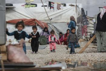 Crianças sírias refugiadas em assentamento informal no Vale do Becá, no Líbano. Foto: Acnur/Sam Tarling