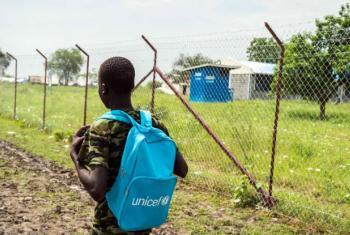 Um menino de 15 anos, ex-criança-soldado, em seu caminho para a escola no Sudão do Sul. (arquivo) Foto: Unicef/Ohanesian
