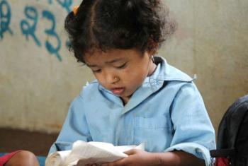 Criança lê em classe na zona rural do Nepal. Foto: Banco Mundial/Aisha Faquir