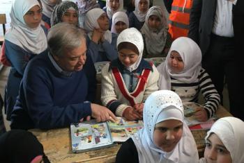 António Guterres com crianças refugiadas em Zatari, numa escola do Unicef Jordânia. Foto: ONU/Stephane Dujarric