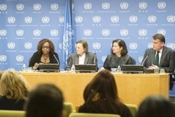 Chefe de gabinete, Maria Luiza Ribeiro Viotti (centro), preside briefing a correspondentes sobre divulgação do relatório do secretário-geral da ONU. (Foto; ONU)