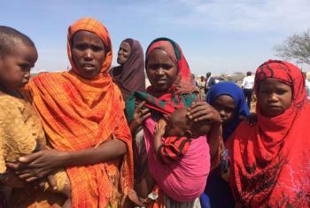 Mulheres e crianças na Somália. Foto: ONU News/Laura Gelbert