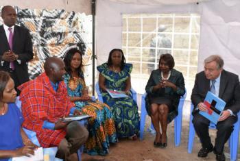 António Guterres com membros da comunidade em Nairobi, no Quénia. Foto: ONU Habitat/Julius Mwelu