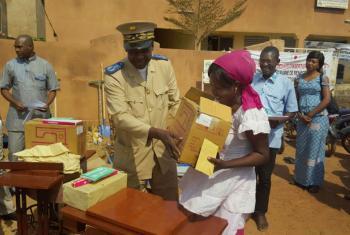 Ex-deslocados que retornaram ao país recebem kits de reintegração em Mopti, no Mali. Foto: OIM (arquivo)