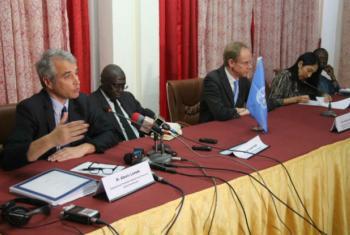 Representantes do Conselho de Segurança falam com jornalistas durante sua primeira visita ao Níger. Foto: Amadou Djibo/UNDP