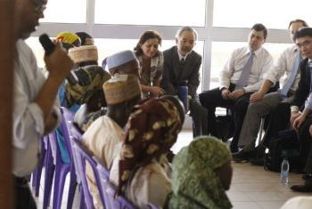 Embaixadores do Conselho de Segurança conversam com deslocados internos. Foto: Lorey Campese/Missão do Reino Unido