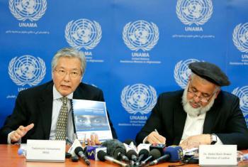 O representante especial do secretário-geral da ONU para o Afeganistão, Tadamichi Yamamoto (à esquerda) e o ministro da Justiça do Afeganistão, Abdul Basir Anwar, lançam relatório da Unama. Foto: Unama/Fardin Waezi