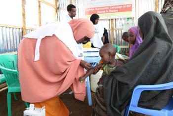 Criança é vacinada contra sarampo em campanha em Baidoa, na Somália. Foto: Unicef/Yasin Mohamed Hersi