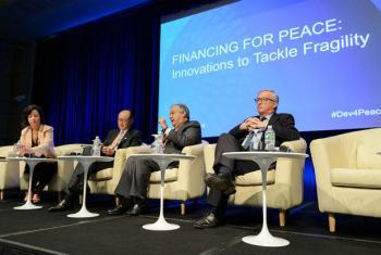 António Guterres (ao centro) com o presidente da Comissão Europeia, Jean-Claude Juncker (à direita), e o presidente do Banco Mundial, Jim Yong Kim (à esquerda). Foto: Banco Mundial/Grant Ellis