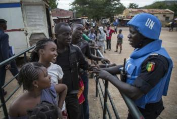 Soldados de paz senegaleses da uma unidade policial da Missão da ONU no Mali, Minusma, falam com a população enquanto fazem patrulha do lado de fora do estádio Mamadou Konate durante um evento para promover paz entre jovens. Foto: ONU/ Marco Dormino.