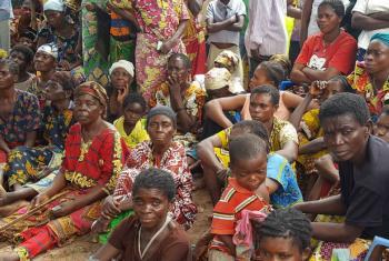 Congoleses da província de Kasai a esperar entrega de comida. Foto: Joseph Mankamba/OCHA-DRC