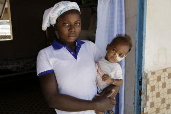Mãe e filho em Burkina Fasso. Foto: ONU/Evan Schneider