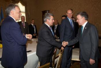 O presidente colombiano Juan Manuel Santos (direita) cumprimenta o embaixador do Uruguai, Elbio Rosselli, (esquerda) no encontro com os membros do Conselho de Segurança da ONU. Foto: Missão da ONU/Juan Manuel Barrero