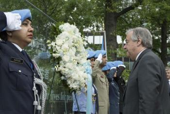 António Guterres deposita coroa de flores em homenagem aos boinas-azuis que perderam suas vidas enquanto serviam sob a bandeira da ONU. Foto: ONU/Mark Garten