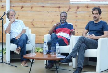 O escritor Mia Couto (à esq.), em evento em Maputo ao lado de Nataniel Ngomane (centro) e Eduardo Agualusa. Foto: ONU News/Ouri Pota