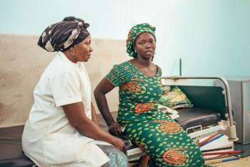 Micheline Yotoudjim, do Chad, é sobrevivente da fístula. Ela ajuda outras mulheres com fístula obstétrica durante o tratamento. Foto: Unfpa/Ollivier Girard