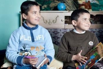 Irmãos que vivem em lar na Romênia. Foto: UNICEF/Vladimir Kostyak