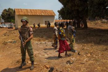 Soldado de paz da ONU faz patrulha em Bria, na República Centro-Africana. Foto: ONU/Nektarios Markogiannis (arquivo)