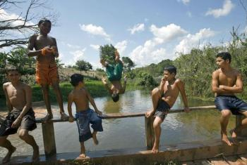Meninos nadam em rio na Floresta Nacional do Tapajós na Amazônia, Brasil. Foto: ONU/Eskinder Debebe.