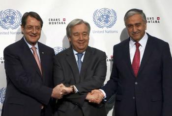 António Guterres (ao centro) com os líderes greco-cipriota e turco-cipriota em Crans-Montana, na Suíça.Foto: ONU
