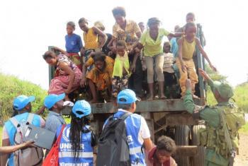 Mulheres e crianças congolesas chegam ao posto de segurança na fronteira com Angola. Elas fugiram da violência na região de Kassai, na República Democrática do Congo. Foto: UNHCR/Pumla Rulashe
