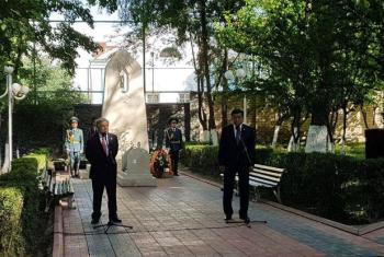 Secretário-geral da ONU, António Guterres, depositou coroa de flores no monumento às vítimas da violência étnica ocorrida no Quirguistão, em 2010. Foto: ONU/Vyacheslav Oseledko