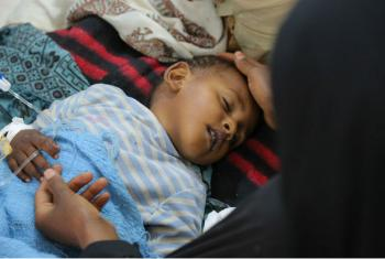 Criança com diarreia grave ou cólera recebe tratamento no hospital Sab'een em Sanaa, Iêmen, em 12 de maio de 2017. Foto: Unicef/Alzekri