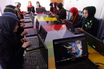 Mulheres aprendem a programar em um centro de tecnologia no Afeganistão. Foto: Unama/Fraidoon Poya