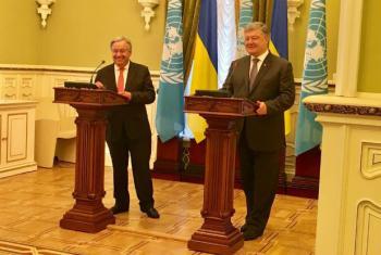 """Secretário-geral da ONU, António Guterres, fala a jornalistas em Kiev ao lado do presidente Petro Poroshenko, da Ucrânia, e destaca ligação """"emocional"""" com povo do pais. Foto ONU/ Eri Kaneko."""
