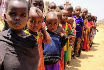 Criaças fazem fila para receberem sua refeição diária em uma escola no norte do Quênia. Foto: Ocha/Daniel Pfister