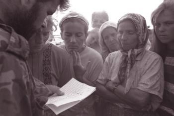 Soldado da ex-Iugoslavia lê nomes de sobreviventes da queda de Srebenica. Foto: Unicef/NYHQ1995-0553/LeMoyne.