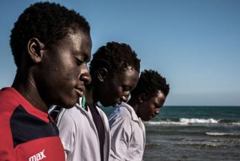 Grupo de meninos da Gambia em Pozzallo, na Sicília. Foto: Unicef/UN020035/Gilbertson VII Photo