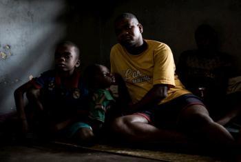 Deslocado interno congolês com seus filhos na província de Kwilu. Foto: Acnur/John Wessels