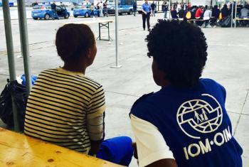 Funcionária da OIM com mulher migrante. Foto: OIM 2017