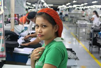 Quando a filipina Mae Esparcia retornou ao trabalho após ter um bebê, ela pôde ter acesso a pílula anticoncepcional através de um programa de planejamento familiar oferecido pela sua empresa. Foto: Unfpa Filipinas/Mario Villamor