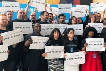 Funcionários na sede da ONU juntos pela campanha #NotATarget. Foto: ONU News/Paulina Carvajal