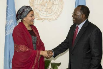Amina Mohammed e o diretor de gabinete do primeiro-ministro dos Camarões, Paul Ghogomu.Foto: ONU/Kim Haughton