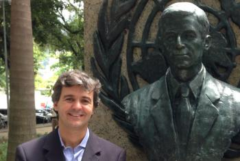 Andre Simoes e busto do Sergio Vieira de Mello, no Rio de Janeiro. Foto: Arquivo Pessoal André Simões