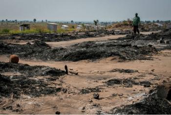 Um antigo local para pessoas deslocadas internas perto de Kaleime, na República Democrática do Congo, foi queimado ao ser atacado por uma milícia em julho. Foto: Ocha/ Ivo Brandau