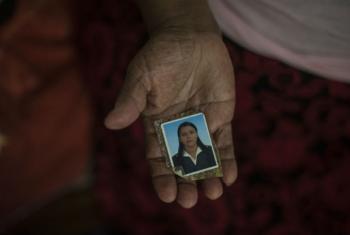 Uma refugiada salvadorenha de 71 anos vivendo no México mostra a foto de sua filha que foi assassinada por uma gangue quando tinha 27 anos, antes da família fugir do país. Foto: Acnur/Daniele Volpe
